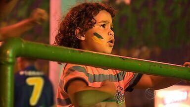 Torcedores acompanham classificação do Brasil na Copa do Mundo - Sergipanos acompanham a vitória do Brasil por 4 a 1 sobre Camarões