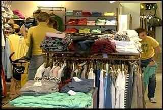 O inverno chegou e lojas de Nova Friburgo, RJ, procuram formas de atrair clientes - Descontos são o jeito principal de atrair compradores.