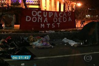 Integrantes do MTST acampam em frente à Câmara de Vereadores da capital - Os integrantes do Movimento dos Trabalhadores Sem Teto, que passaram a noite acampados em frente à Câmara Municipal, disseram que só sairão do local após aprovação do Plano Diretor.