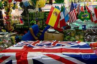 Desclassificação de seleções na Copa causa problemas a comerciantes e torcedores em SP - A Copa do Mundo interfere no comércio ou pelo aumento das vendas ou pela troca das vitrines. Mas muitos lojistas e torcedores que apostaram nas seleções erradas estão com estoques cheios de camisetas e bandeiras que ninguém quer.