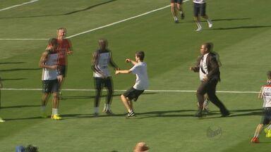 Menino invade campo durante treino da seleção francesa - Ele conseguiu abraçar o jogador francês Mangala e depois foi retirado pelos seguranças.