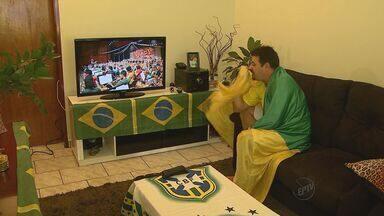 Torcedor cria ritual para vencer a Copa - Em Ribeirão, auxiliar administrativo reproduz rotina do mundial de 2002.