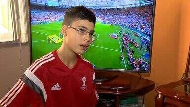 Jovem do ES carrega bandeira do Brasil durante Copa do Mundo - O jovem Daniel Siqueira participou de um momento inesquecível: ser responsável por carregar a bandeira nacional durante os jogos.