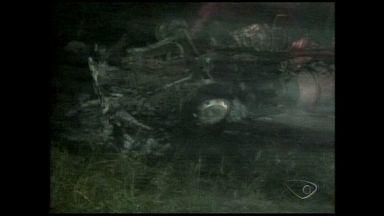 Carreta com cimento capota e pega fogo em Sooretama, Norte do ES - O acidente aconteceu na madrugada do sábado (28). Apesar do susto, o motorista não ficou ferido.