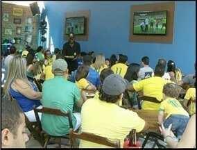 Em Campos, RJ, torcedores curtem o o jogo do Brasil em bares da cidade - Quem não tem oportunidade de assistir o jogo em casa ou nos telões na rua, assiste como pode.