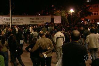 Polícia prende manifestantes em ato pela libertação de ativistas presos na capital - Também houve tensão entre policiais e manifestantes no ato pela libertação dos dois ativistas presos em protestos contra a Copa na região central da capital. Os policiais usaram bombas de gás lacrimogêneo e spray de pimenta.