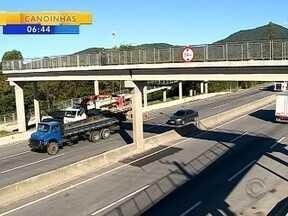 Após morte de adolescentes na BR-101, alerta é para travessia por passarelas - Após morte de adolescentes na BR-101, alerta é para travessia por passarelas