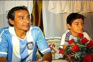 Família de artistas de circo da Argentina se empolga com vitória da seleção na Copa - Antes de a seleção argentina vencer, pai e filho passaram por momentos de angústia, em Rio Verde.