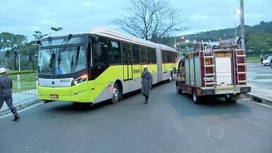 Ônibus do Move e motocicleta batem e dois morrem na Região da Pampulha, em BH - Acidente foi no bairro Ouro Preto, na manhã desta quarta-feira (2).