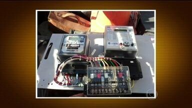 Quadrilha instala gatos em medidores de luz para fraudar consumo no RS - A polícia do Rio Grande do Sul descobriu um golpe nos relógios de luz. Uma quadrilha instala gatos nos medidores para fraudar o consumo. Mais de R$ 80 milhões deixaram de ser pagos em contas de luz no último ano.