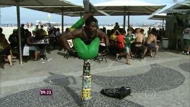 Felipe Suhre mostra trabalho realizado por artistas de rua em Copacabana - Artistas fazem verdadeiros shows com suas performances e despertam curiosidade e interesse nas calçadas do Rio
