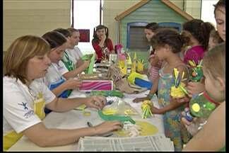 Suzano tem oficinas de férias para as crianças - Dentre as atividades que acontecem nas escolas municipais, as crianças e adolescentes podem aprender a confeccionar o próprio brinquedo com materiais reciclados.