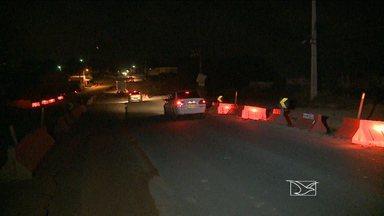 Demora na obra de duplicação da BR-203 irrita moradores da região - Além do perigo de trafegar por um trecho em obras, motoristas e pedestres reclamam da falta de iluminação no local.