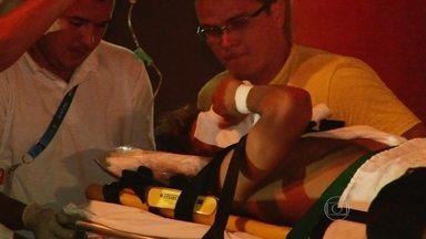 Imagens mostram o momento em que Neymar chega ao hospital após contusão - Em Fortaleza, após sofrer a grave contusão, Neymar foi encaminhado para um hospital. O jogador acenou para os fãs e foi visto chorando ao chegar para a internação.