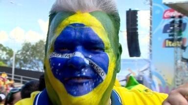 Estrangeiros se unem a brasileiros na torcida pela vitória do Brasil - Quase 17h e o Brasil fica em silêncio. A calmaria ocorre até nos centros nervosos das grandes cidades. Muitos torcedores preferem estar juntos durante os minutos mais sofridos numa Copa do Mundo.