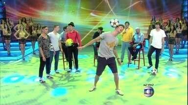 Grupo Switch Crew dá show de freestyle no Domingão - Componentes são de várias partes do mundo