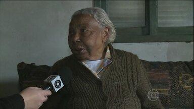 Idosa de 92 anos reage a assalto e usa chinelo para agredir ladrão - O criminoso invadiu a casa da senhora, mas foi surpreendido pela reação da vítima. Ele fugiu, mas foi preso em flagrante logo em seguida.