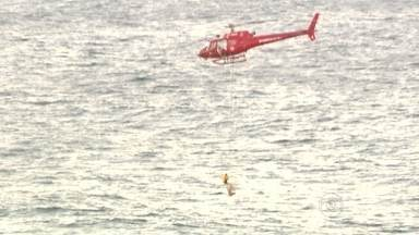 Corpo de Bombeiros registra 29 salvamentos nas praias do Rio, no domingo (13) - As imagens mostram a ação dos bombeiros no resgate de um turista. O homem entrou no mar de Copacabana, na altura do palco da Fifa Fan Fest, e não conseguiu sair. Ele foi içado pelo helicóptero e levado para a praia com o auxílio do salva-vidas.