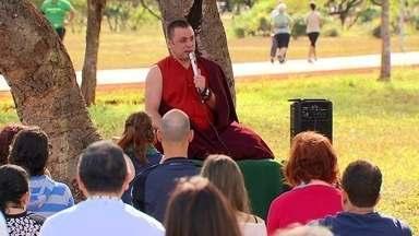 DF tem aula com o único Lama do Brasil - O desejo de acalmar a mente e ter domínio sobre si mesmo levou muitos moradores do Distrito Federal ao Parque da Cidade para uma aula de meditação especial com o único Lama do Brasil.