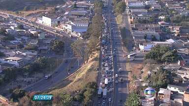 Carro capota e complica trânsito no Anel Rodoviário de BH - Trecho na altura do bairro Betânia tem tráfego congestionado.
