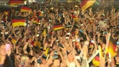 Alemães festejam tetracampeonato até tarde em Berlim - Oito anos após sediar um mundial e ficar fora da final, o país pôde comemorar o quarto título. Uma multidão festejou a conquista pelas ruas da capital.