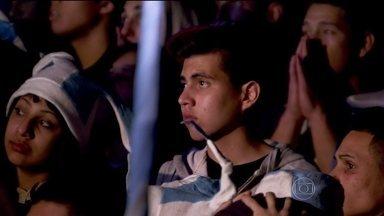 Clima de tristeza toma conta da torcida em Buenos Aires - A emoção da final virou tristeza no final da prorrogação. Com o gol da seleção alemã, a Argentina terminou vice-campeã. Mesmo com a derrota, milhares de pessoas seguiram nas ruas. Atos de vandalismo atrapalharam a comemoração no final da noite.