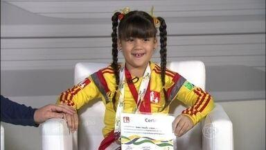 Sara Aragão conta como foi entrar com a Seleção em campa e cantar o hino - Criança ainda mostra certificado na participação da Copa do Mundo