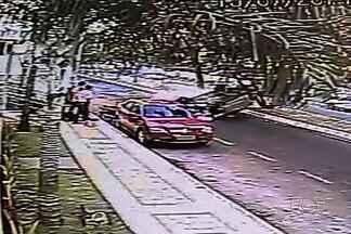 Vídeo mostra carro capotar e deslizar por mais de 50 metros em Goiás - Câmeras de segurança registraram o momento em que um veículo capota, logo depois de bater em um carro estacionado na Avenida E, no Setor Jardim Goiás, em Goiânia.
