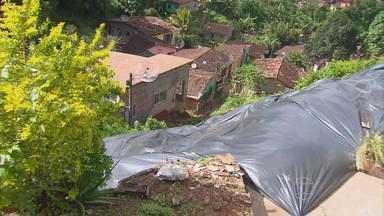 Barreira desliza em Camaragibe e interdita casas - Deslizamento em área de morro deixou moradores tensos.
