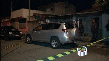 Polícia analisa imagens para tentar esclarecer morte de advogada - Vítima foi morta a tiros na noite de sexta-feira (11) em Pindamonhangaba. Nilza Hinz, de 62 anos, foi assassinada após deixar escritório onde trabalha.