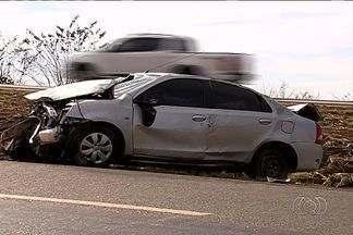 Motorista capota carro na BR-153 em Hidrolândia - Segundo a Polícia Rodoviária Federal (PRF), a capotagem aconteceu após a condutora do veículo, um Toyota Etios, colidir contra um caminhão.