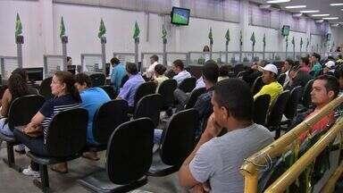 Fila para procura de atendimento no Sine em Cuiabá - Moradores enfrentam fila para procura de atendimento no Sine em Cuiabá.