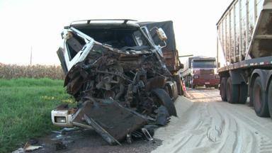 Dois caminhões carregados com arroz e da mesma empresa batem no trevo de Jussara - E um motociclista morre depois de bater em um caminhão em Japurá.