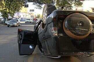 Colisão deixa trânsito tumultado no Setor Marista, em Goiânia - Uma colisão entre dois carros deixou o trânsito tumultuado nos cruzamentos das ruas 15 e T-55, no Setor Marista, em Goiânia, na manhã desta terça-feira (15).
