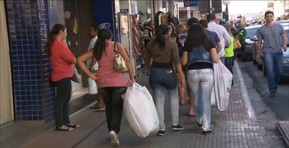 Lojas de Campina Grande fazem queima de estoque para estimular as vendas - Depois do período junino, os comerciantes apostam nas liquidações para atrair os consumidores.