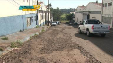 Moradores impedem operação tapa-buraco em bairros de Londrina - Eles afirmam que o conserto já não suficiente e pedem uma reforma completa nas ruas.