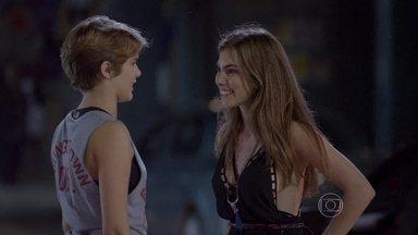 Bianca fica apreensiva para ir ao Show - Gael permite com a condição de Karina ir junto. Enquanto Duca aguarda embaixo da casa para levá-la, Cobra oferece carona às duas
