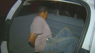 Vítimas de assalto descem de ônibus e suspeito é preso em Campinas - Um homem de 43 anos foi preso por suspeita de assaltar um ônibus na Avenida Prestes Maia, na noite de quinta-feira (17), na região central de Campinas (SP). Vítimas ajudaram os policiais a fazer a detenção.Segundo a Polícia Militar, ele já havia sido preso antes, estava foragido e pode ser o responsável pelos roubos de outras linhas do transporte coletivo na mesma área.