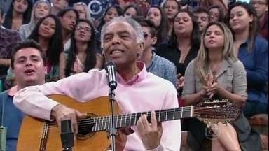 Gilberto Gil canta o sucesso 'Vamos fugir' - Cantor se apresenta no programa Altas Horas