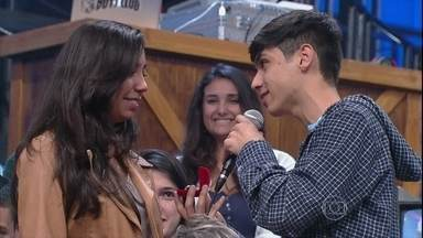 Menino da plateia pede menina em namoro no Altas Horas - Casal troca alianças e comoça um relacionamento durante a gravação