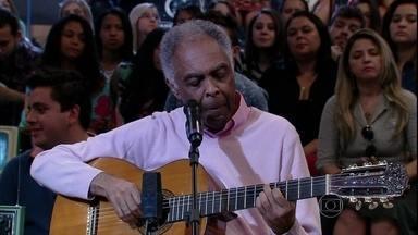 Gilberto Gil interpreta canção que o inspirou a gravar seu novo disco - Cantor se apresenta com 'Aos Pés da Santa Cruz' no programa Altas Horas
