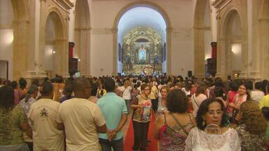 Missa e procissão marcam celebração em homenagem a Nossa Senhora do Carmo - No fim da tarde, os fiéis saíram em procissão pelas ladeiras de Olinda e receberam a benção do santíssimo sacramento.