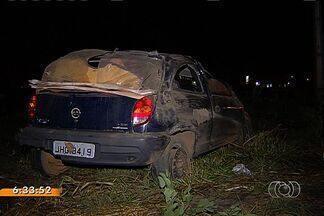 Carro capota durante perseguição policial em Goiânia - Segundo a Polícia Militar, duas pessoas estavam fugindo dos policiais quando capotaram o veículo.