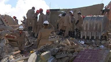 Trabalho do corpo de bombeiros favorece operação de resgate - Trabalho do corpo de bombeiros favorece operação de resgate.