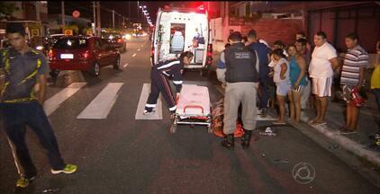 Motociclista fica ferido depois de se envolver em acidente, em João Pessoa - A polícia informou que o motociclista trafegava pela contramão, quando foi atingido por um carro.