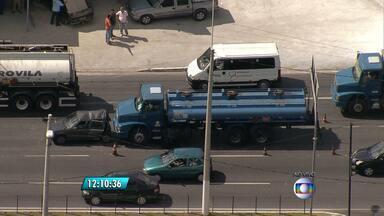 Caminhão e carro batem na Avenida Cristiano Machado, em Belo Horizonte - Faixa estava interditada no sentido bairro.