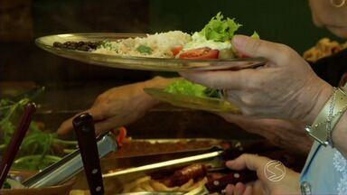 Tempo frio no sul do Rio favorece consumo de alimentos mais pesados - No inverno, os hábitos mudam e as pessoas acabam deixando de lado as verduras. Nutricionista dá dicas criativas para se alimentar bem.