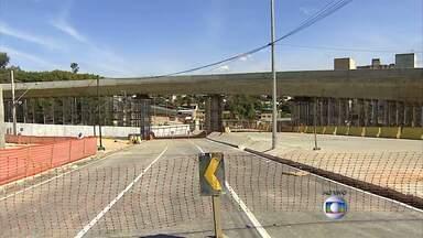Mais de 60% das famílias que serão retiradas de entorno de viaduto já foram registradas - Parte da estrutura que ficou de pé na Avenida Pedro I, em Belo Horizonte, será demolida.