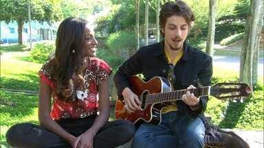 Chay Suede toca violão e canta para Pathy Dejesus - Ator é sucesso na primeira fase de Império