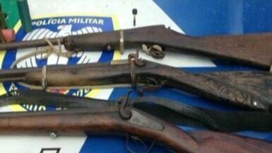 Polícia Ambiental realiza apreensão de arma de caça, no Sul do ES - Foram três espingardas, cartuchos, chumbo pólvora e outros materiais utilizados na prática da caça de animais. Duas pessoas goram detidas.